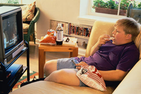 fat kid eating chips watching tv Why Its Hard to Cut Down on Watching Television